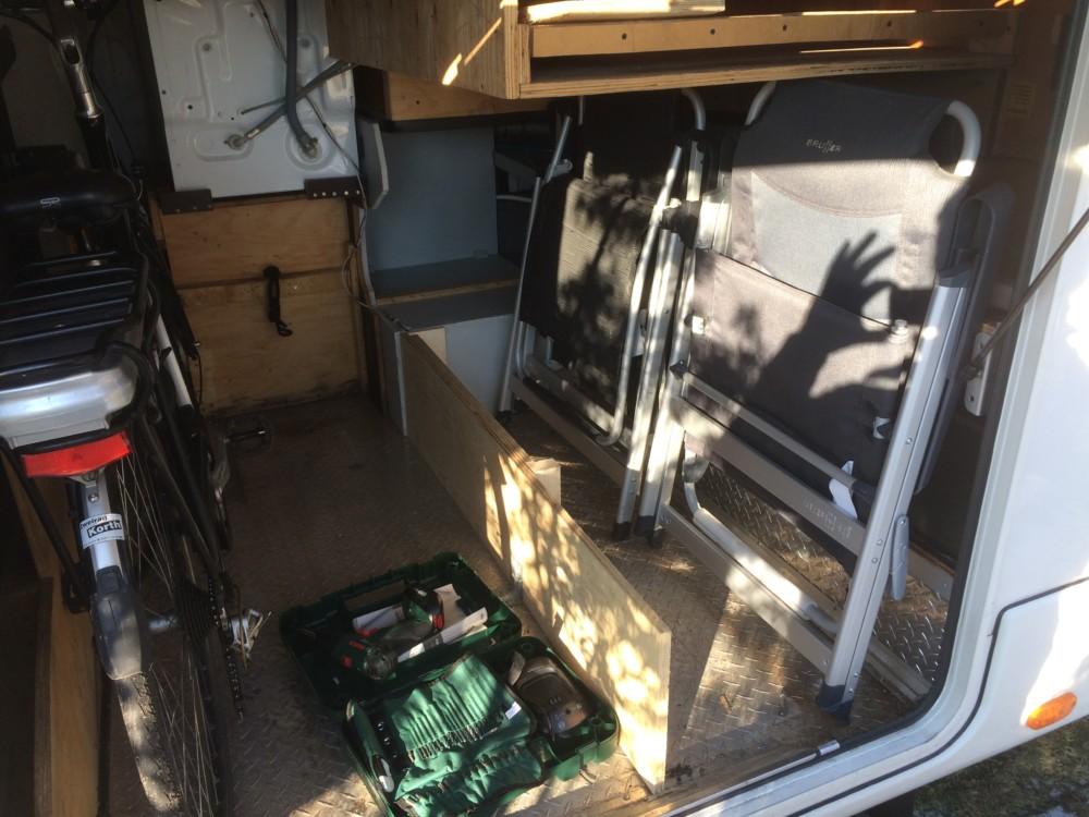 halbgepackte Garage vom Wohnmobil